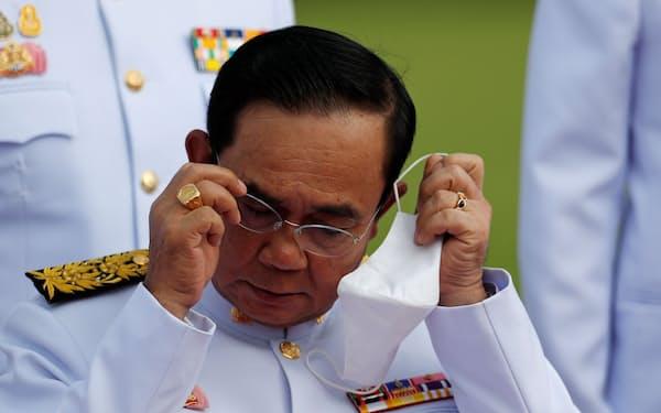 マスク未着用で罰金を科されたタイのプラユット首相(2020年8月撮影)=ロイター