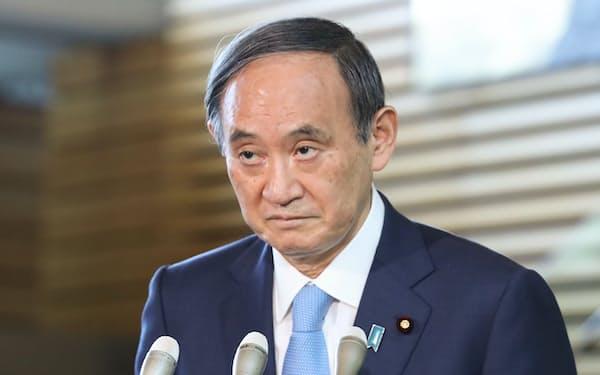 衆参3選挙の結果について報道陣の質問に答え、一礼する菅首相(26日午前、首相官邸)