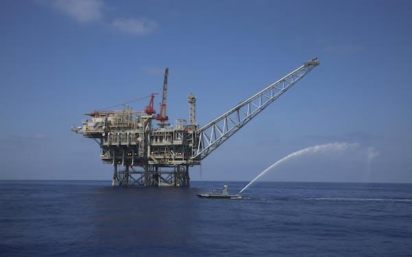 イスラエル沖の天然ガス田「タマル」の掘削装置(東地中海)=AP