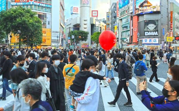 繁華街をマスク姿で歩く人たち(25日、東京・渋谷)