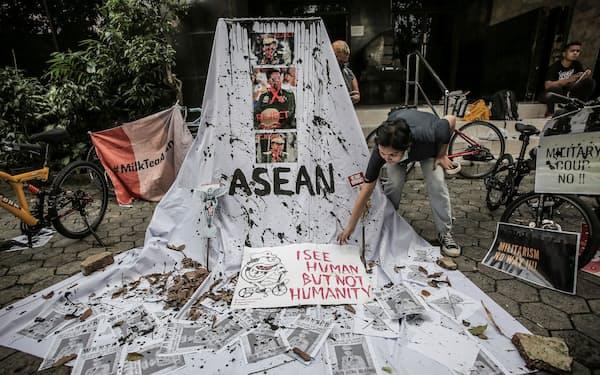 インドネシアの首都ジャカルタでミャンマー国軍のクーデターに抗議する女性=ロイター
