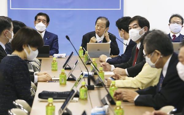 「こども・若者」輝く未来創造本部の初会合であいさつする自民党の二階幹事長(奥中央)左は下村政調会長=13日午後、東京・永田町の党本部