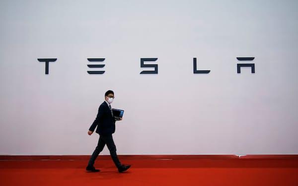 上海モーターショーではテスラ車のブレーキ品質と対応に不満を持つ消費者が抗議行動を繰り広げた=ロイター