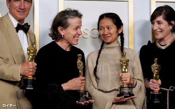 オスカー像を手にするクロエ・ジャオ氏(右から2人目)ら「ノマドランド」の関係者。左から2人目は主演女優賞のフランシス・マクドーマンド氏=ロイター