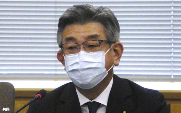 「新型コロナワクチン接種地方支援本部」で職員に指示する武田総務相(27日午前、総務省)=共同