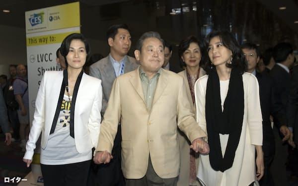 亡くなった李健熙・元サムスン電子会長(中央)と家族ら(2012年1月、米ラスベガスでのデジタル技術見本市=CESで)=ロイター