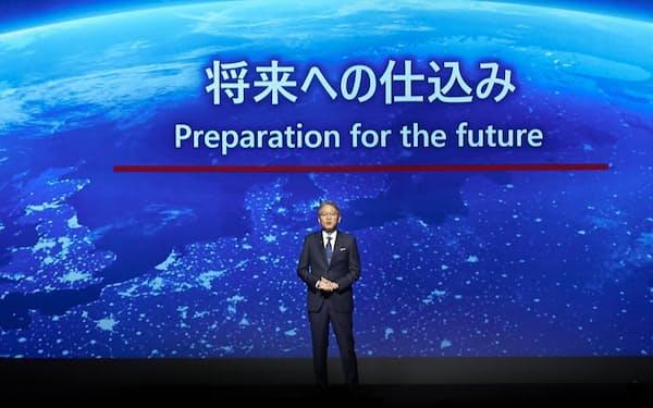 エンジン廃止の方針を発表したホンダの三部敏宏新社長。2040年に新車の100%をEVもしくはFCVにすると発表した(出所:ホンダ)