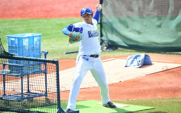 試合前の練習で打撃投手を務めるスンチェ=球団提供