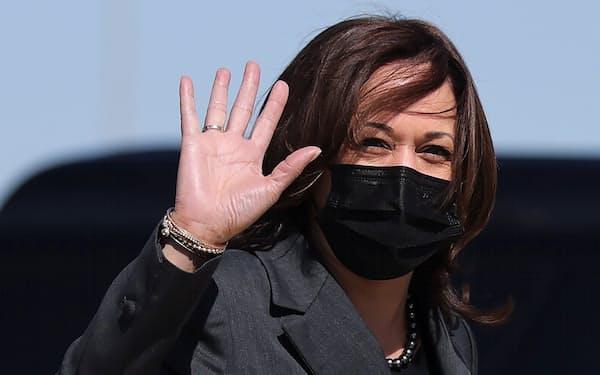 ダークカラーのパンツスーツが定番のハリス氏。2回のワクチン接種を済ませた後もマスクを着用し続けている=ロイター