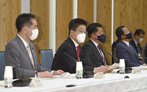 統合イノベーション戦略推進会議であいさつする加藤官房長官(左から2人目)。左隣は井上科技相(27日、首相官邸)=共同