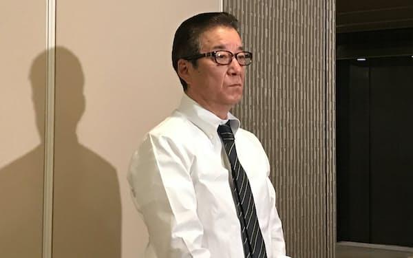 記者団の取材に応じる松井一郎大阪市長(27日、大阪市役所)