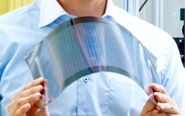 ペロブスカイト太陽電池。軽量で折り曲げられるので、ビルの壁や工場の屋上などにも設置できる。空き地の少ない都市部にメガソーラーを構築できる可能性を秘める(出所:東芝)