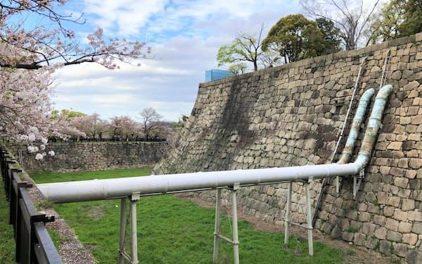 大阪城の堀を横切る2本の水道管