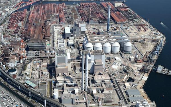 石炭火力への逆風は強まっている(神戸製鋼所が神戸市で建設中の石炭火力発電所、20年4月撮影)
