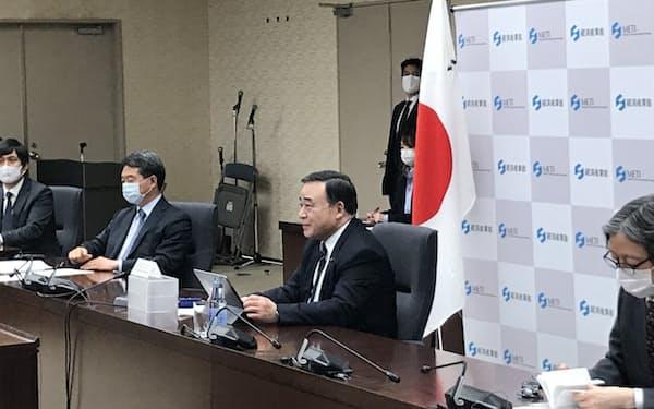 豪印の経済閣僚とオンライン会談する梶山経産相(27日、経産省)