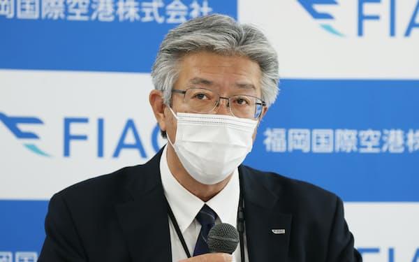 決算発表する福岡国際空港の永竿社長(27日、福岡市)