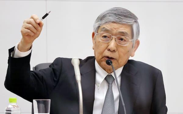 記者会見する日銀の黒田総裁(27日午後、日銀本店)=代表撮影