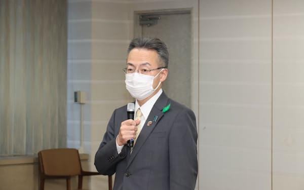 梶山経産相との面談後、報道陣の取材に応じる杉本達治知事(27日、福井県庁)