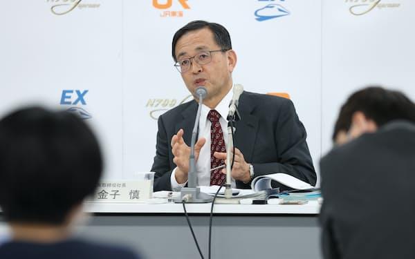 記者会見するJR東海の金子慎社長(27日、名古屋市中村区)