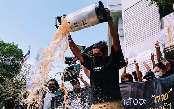 アルコール飲料の販売規制に憤り、ビールをぶちまける男性(2月、バンコク)