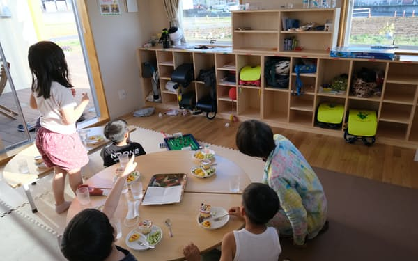放課後の居場所でおやつを食べる子どもたち(さいたま市のあそぼっくすみぬま)