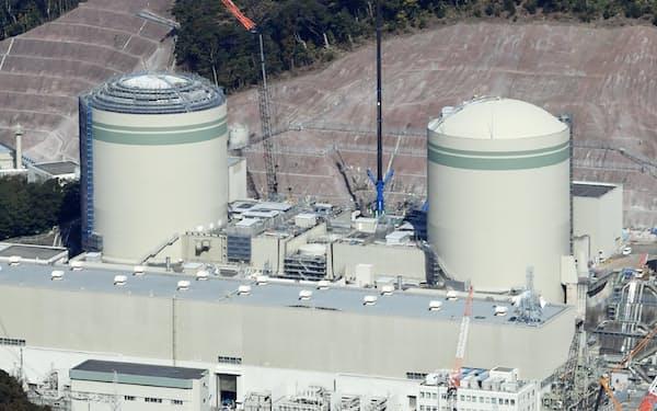 関西電力の高浜原子力発電所。1号機(右)と2号機(福井県高浜町)