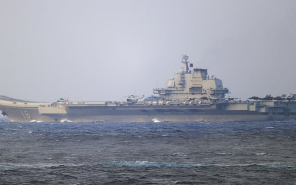 中国の空母「遼寧」(防衛省提供)=共同
