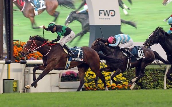 デアリングタクトをかわし、クイーンエリザベス2世カップを制したラヴズオンリーユー㊧= Hong Kong Jockey Club提供