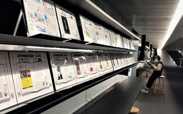 QRコード付きの電子図書パネルが並ぶ書棚=追手門学院大提供