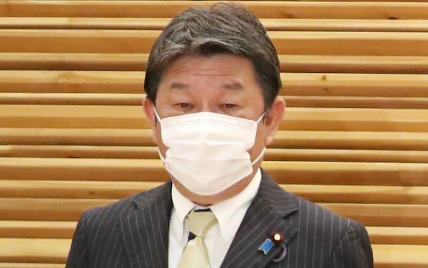 閣議に臨む茂木外相(27日、首相官邸)
