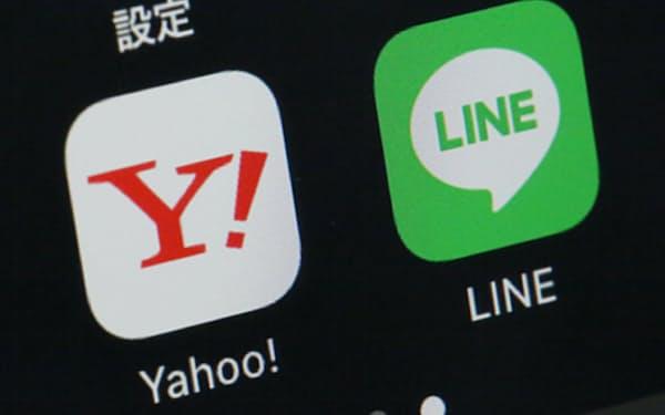 スマートフォンに表示されたヤフーとLINEのアプリ