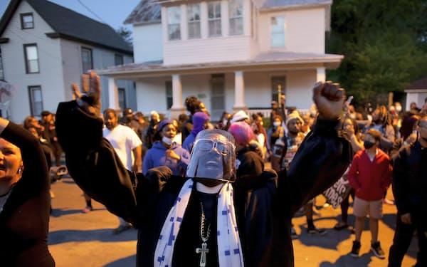 ビデオ公開を求める抗議デモには数百人が参加した(26日夜、ノースカロライナ州エリザベスシティー)=AP