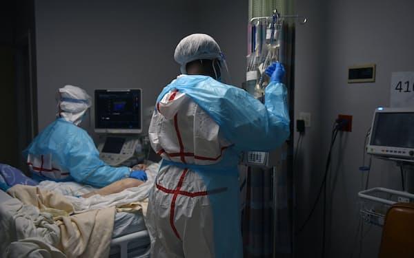 テキサス州の病院でコロナ患者を治療する医療関係者=ロイター