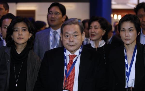 李健熙氏㊥の遺産は2兆5000億円を超える(2010年、家族5人で米国展示会に参加)