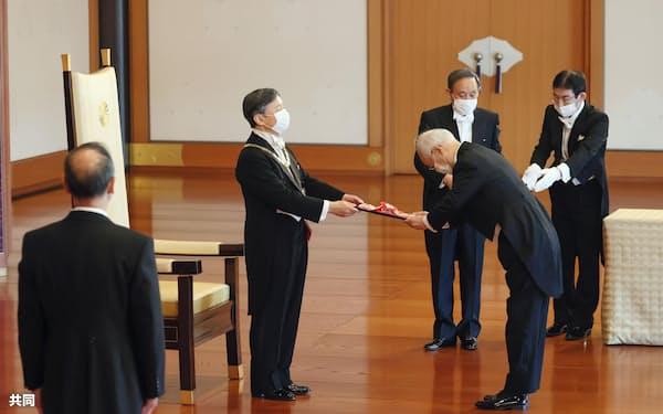 昨秋の叙勲で天皇陛下から旭日大綬章を受ける山崎敏充元最高裁判事(2020年11月、宮殿・松の間)=代表撮影
