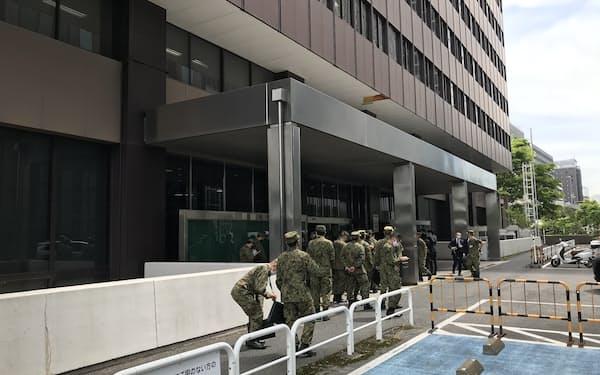 自衛隊が大規模接種センターの設営に着手した(28日、大手町合同庁舎3号館)