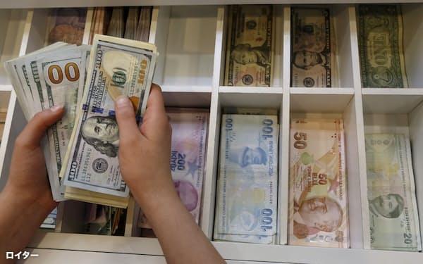各国の通貨同士で取引するために必要な外為市場=ロイター