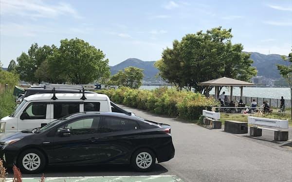 琵琶湖岸の公園は通常、バーベキューなどでにぎわう(27日、滋賀県草津市)