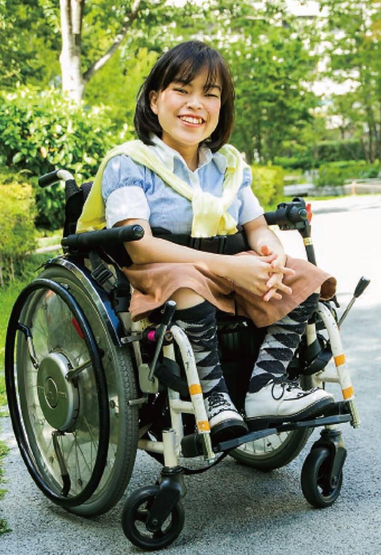 娘の知美さんは車いすで電車に乗り、大学や職場に通う