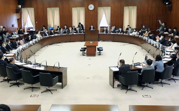 今国会で初めて実質的に審議した参院憲法審査会(28日)