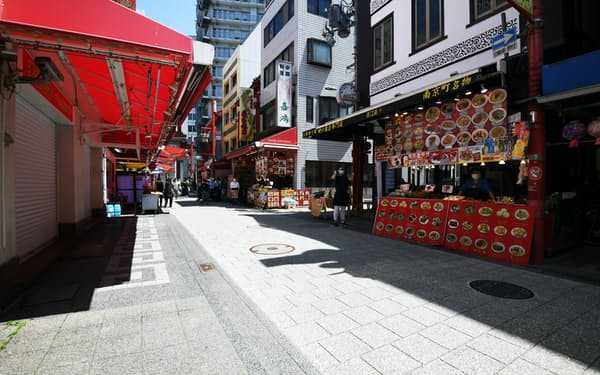 3回目の緊急事態宣言の初日となった日曜日、閑散とする中華街(25日午前、神戸市中央区)