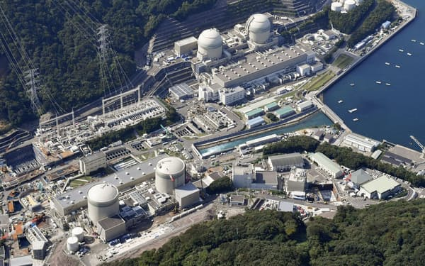 関西電力高浜原発の(手前左から)1号機と2号機=福井県高浜町
