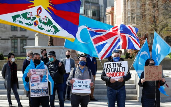 ウイグルの人権侵害に抗議する人々(4月、ロンドン)=ロイター