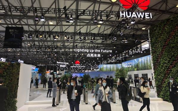 ファーウェイは2四半期連続で減収となった(2月、上海市での展示)