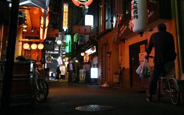 飲食店が立ち並ぶ大阪・ミナミ(22日、大阪市中央区)