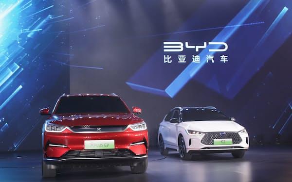 BYDのEVなどの販売は急増している(7日、重慶市での展示)