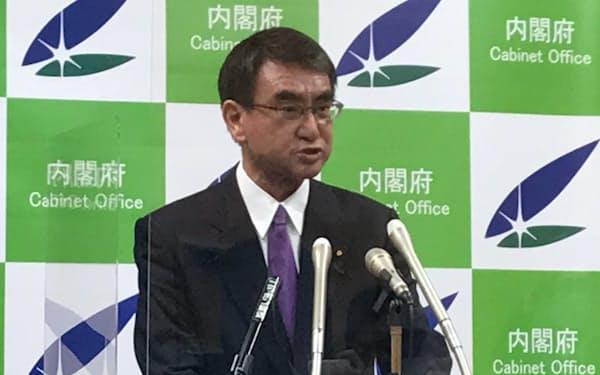 閣議後の記者会見に臨む河野規制改革相(23日)