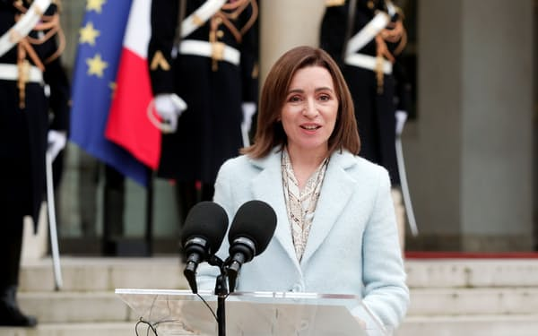 モルドバのサンドゥ大統領は議会も親欧米派にすることを狙っている(2月、パリで)=ロイター