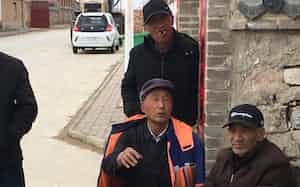 急速な高齢化で社会保障負担は一段と重くなる(河北省張家口市の農村)