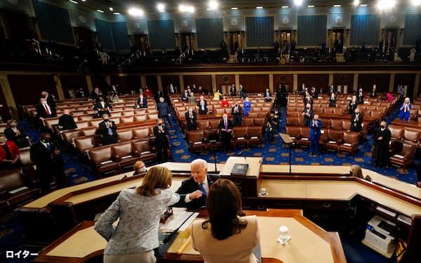 バイデン米大統領はトランプ前大統領支持者が乱入した議会議事堂で民主主義への信頼回復を訴えた(28日、ワシントン)=ロイター